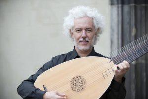 Eduardo Egüez playing a theorbo